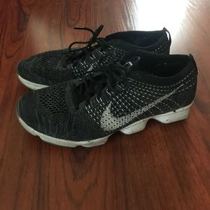 Nike women's flyknit zoom running shoe size 9